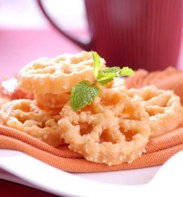 Cetakan kue kembang goyang kuningan ini terbuat dari kuningan murni, tidak berkarat serta mudah lepas saat digoreng. (2)