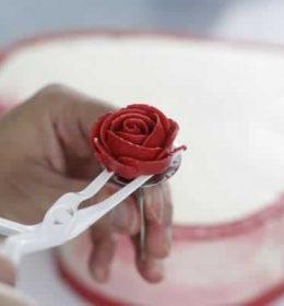 Paku Mawar Dan Gunting Mawar Untuk Menghias Kue Tart ini merupakan alat bantu saat anda membuat hiasan bunga mawar dari butter cream. (1)